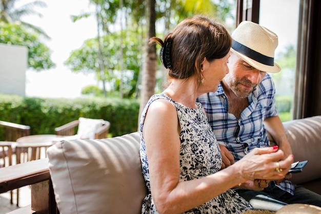 Paar dat hun vakantie doorbrengt in een resort