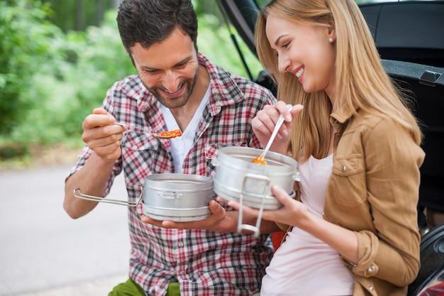 Paar dat in de auto eet alvorens te gaan wandelen