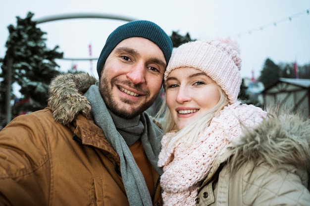 Paar dat in de winter bij de camera glimlacht