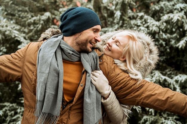 Paar dat in de winter gelukkig is en voor de gek houdt