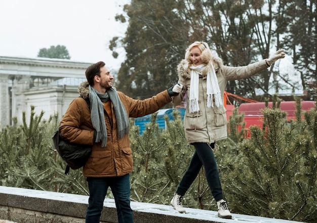 Paar dat in de winter samen loopt en handen houdt