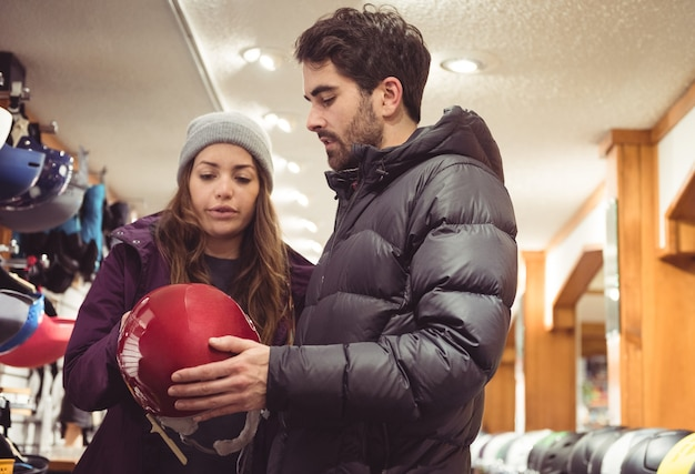 Paar dat in een helmwinkel winkelt