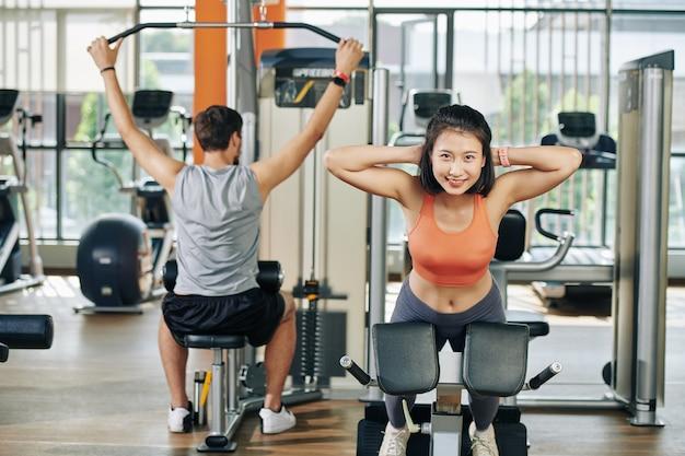 Paar dat in gymnastiekmachines uitoefent