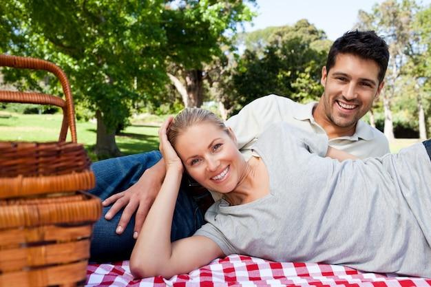 Paar dat in het park picknicking
