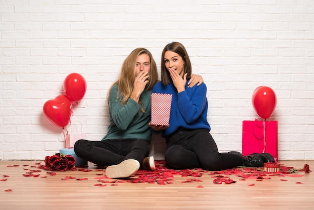 Paar dat in valentijnskaartag popcorns eet