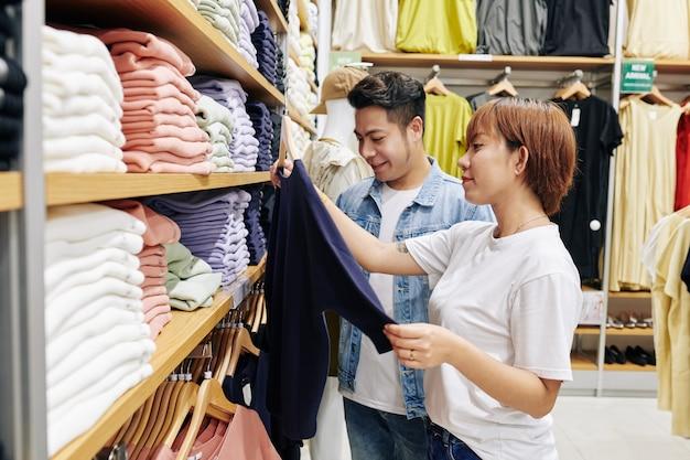 Paar dat kleren in winkel kiest