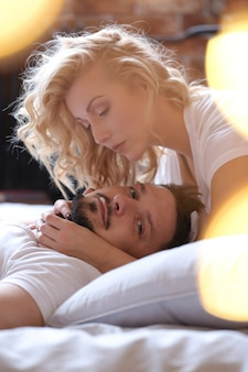 Paar dat liefde in het bed