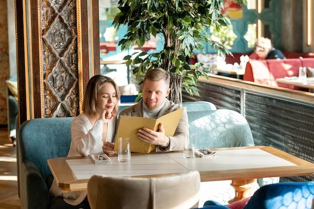 Paar dat maaltijd in restaurant kiest