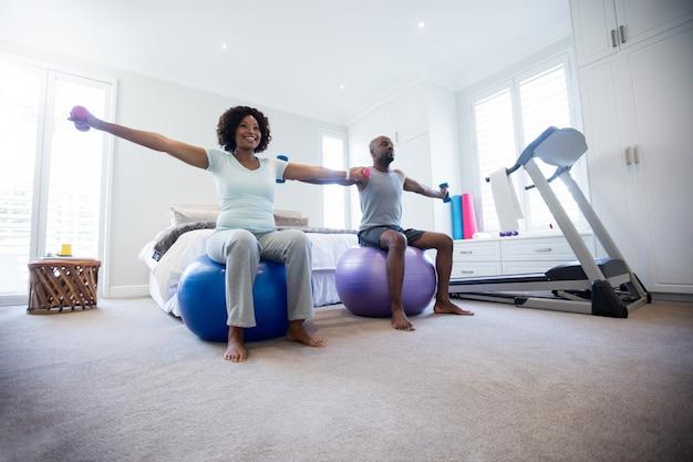 Paar dat met domoren op geschiktheidsbal uitoefent in slaapkamer