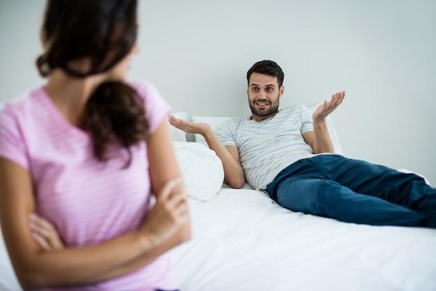 Paar dat met elkaar in slaapkamer thuis ruzie maakt