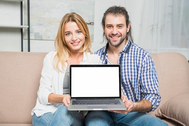 Paar dat met laptops werkt