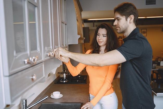 Paar dat meubilair in meubilairopslag kiest
