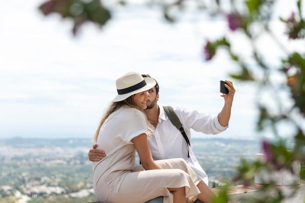 Paar dat middelgroot schot van selfies neemt