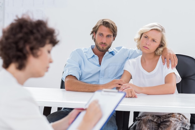 Paar dat nadenkend tijdens een zitting kijkt