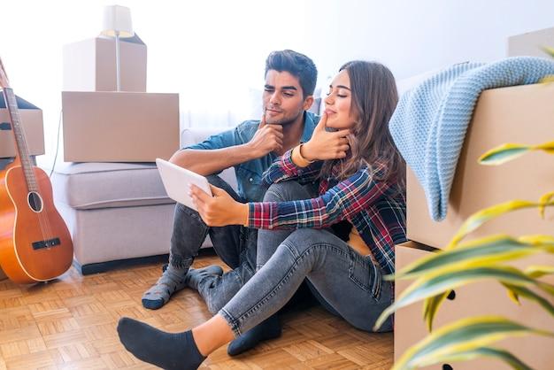 Paar dat nieuw huis beweegt. blije getrouwde mensen kopen nieuw appartement