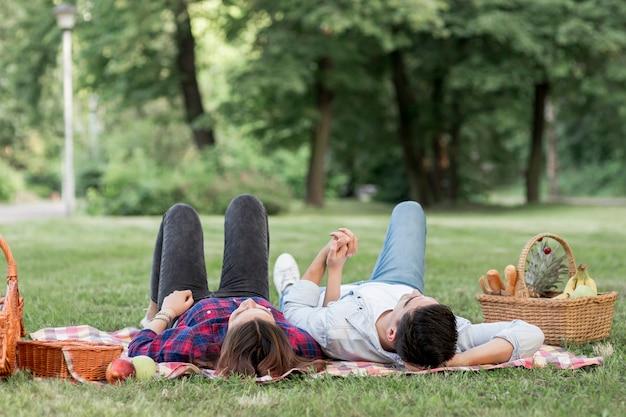 Paar dat omhoog in het park kijkt
