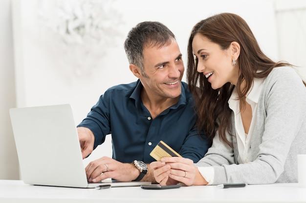 Paar dat online winkelt
