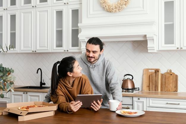 Paar dat ontbijt in de keuken neemt