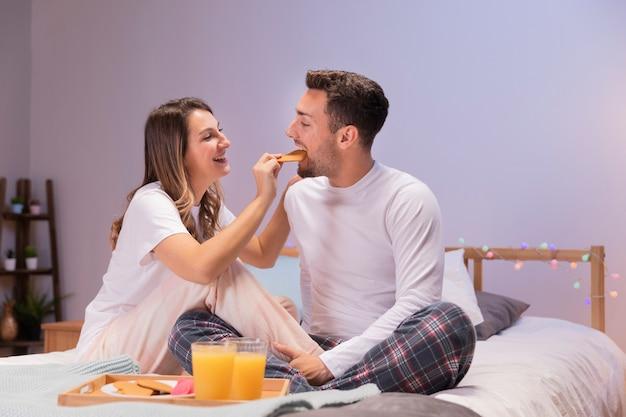 Paar dat ontbijt op bed heeft