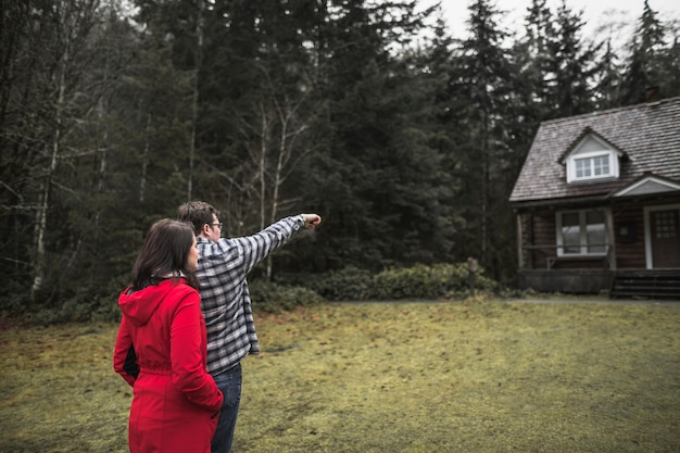 Paar dat op cabine richt