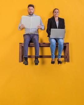 Paar dat op een bank drijft