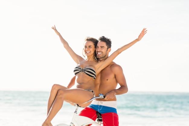 Paar dat op een fietstocht op het strand gaat