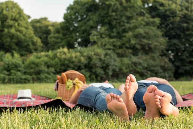 Paar dat op een picknickdeken legt