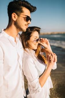 Paar dat op het strand loopt
