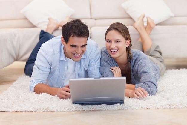 Paar dat op internet surft