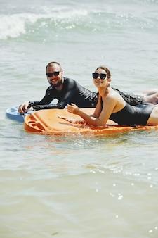 Paar dat op matrassen zwemt
