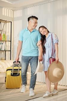 Paar dat op vakantie gaat