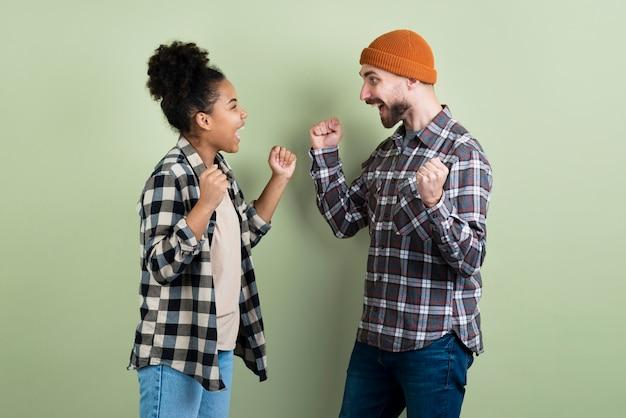 Paar dat overwinnend stelt
