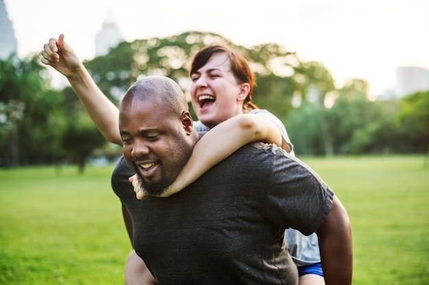 Paar dat pret heeft samen in het park
