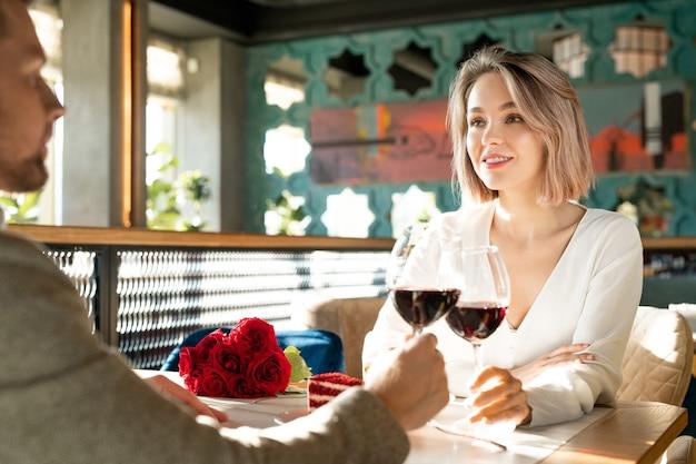 Paar dat rode wijn drinken