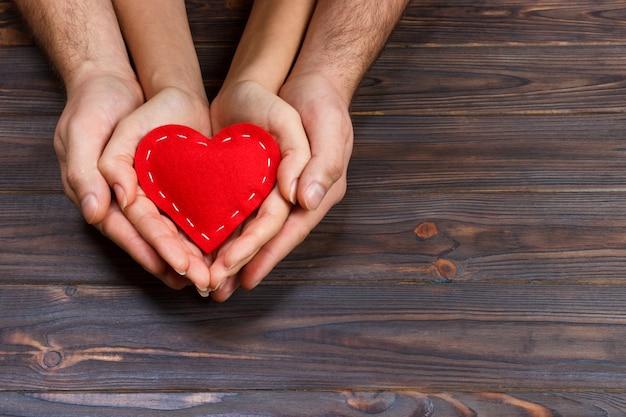 Paar dat rood hart houdt