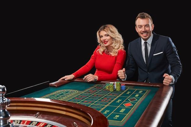 Paar dat roulette speelt wint in het casino. verslaving aan het gokken. gelukkige overwinning