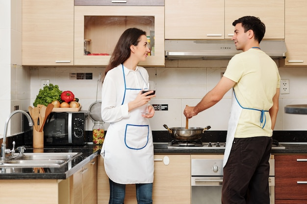 Paar dat samen diner maakt