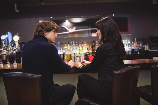 Paar dat samen drankjes heeft