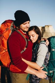 Paar dat samen in de wildernis wandelt
