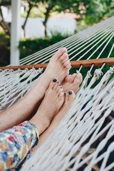 Paar dat samen in een hangmat rust