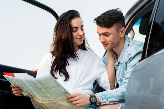 Paar dat samen op een kaart kijkt middelgroot schot