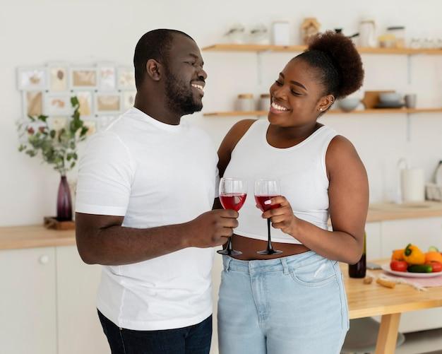 Paar dat samen wat wijn drinkt