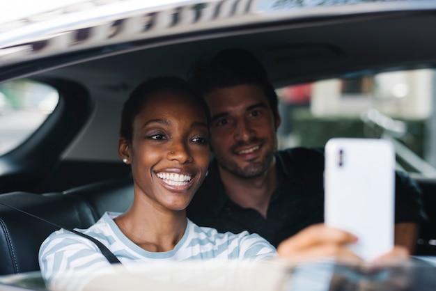 Paar dat selfie in een auto neemt
