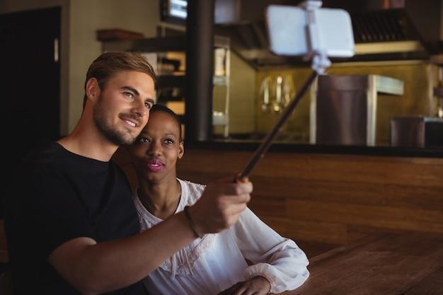Paar dat selfie vanaf mobiele telefoon neemt