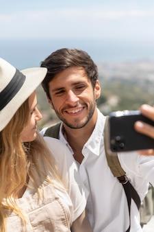 Paar dat selfies van dichtbij neemt