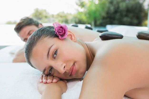 Paar dat steen van massage geniet bij gezondheidslandbouwbedrijf