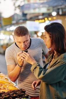 Paar dat straatvoedsel kiest