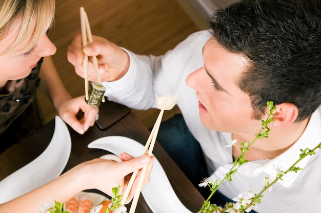 Paar dat sushi eet