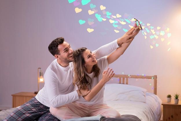 Paar dat thuis valentijnskaartendag viert