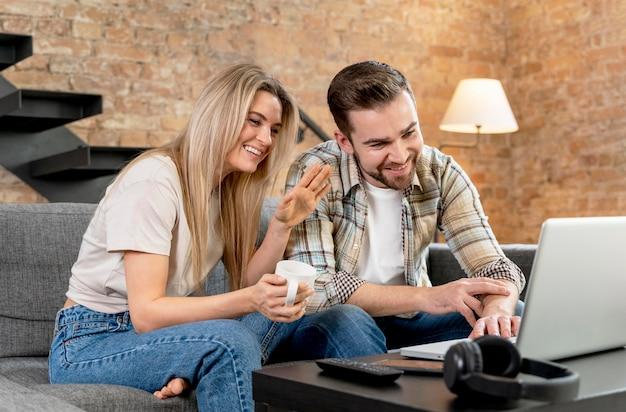 Paar dat thuis videocall met familie heeft